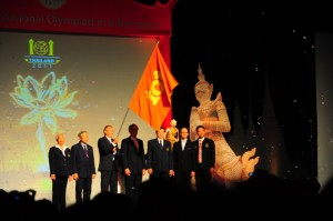 IOI Thailand: flag handover from IOI11 to IOI12
